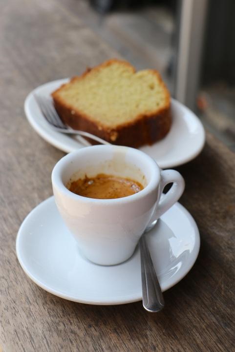 Cafe espresso acompanhado pelo bolo de azeite de oliva, o queridinho da casa.