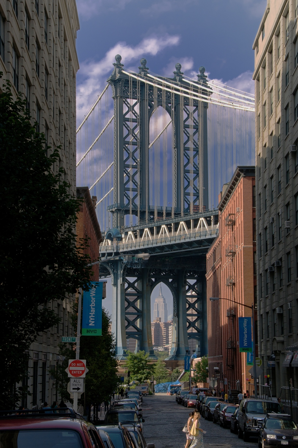 Empire_State_framed_by_the_Manhattan_Bridge_July_2009.jpg